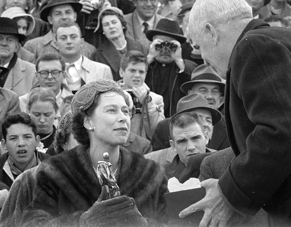 Queen Elizabeth receives Raleigh statue from Hodges