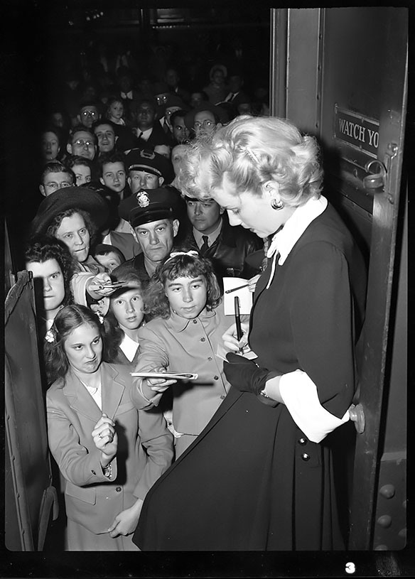 Jacqueline White signing autographs