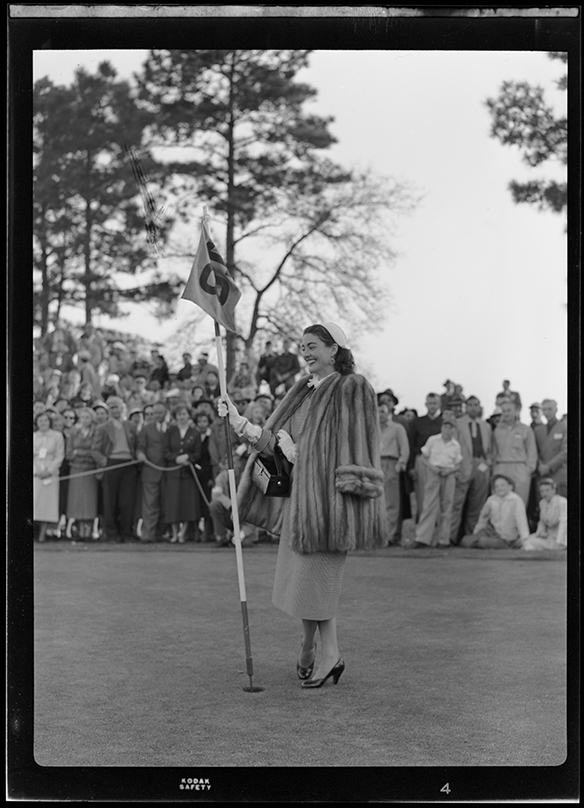 Margaret Sheridan holding flagstick